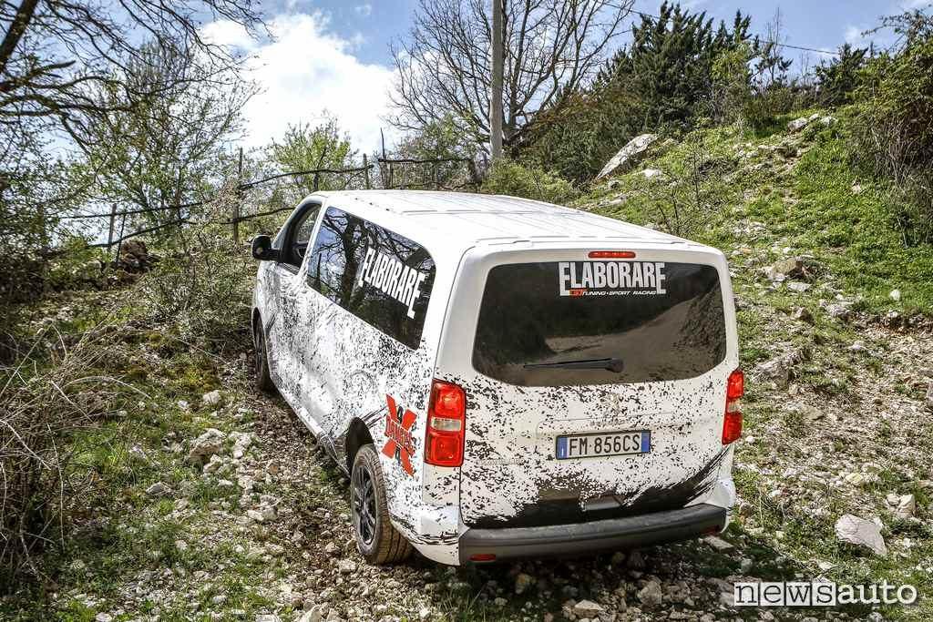 Peugeot Traveller 4x4 in fuoristrada con il furgone 4x4 in salita