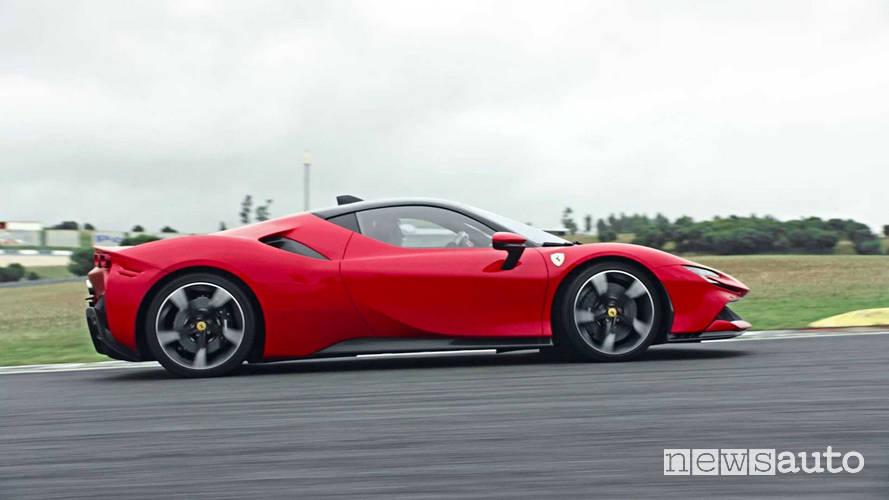 Ferrari SF90 Stradale vista laterale circuito auto ibrida