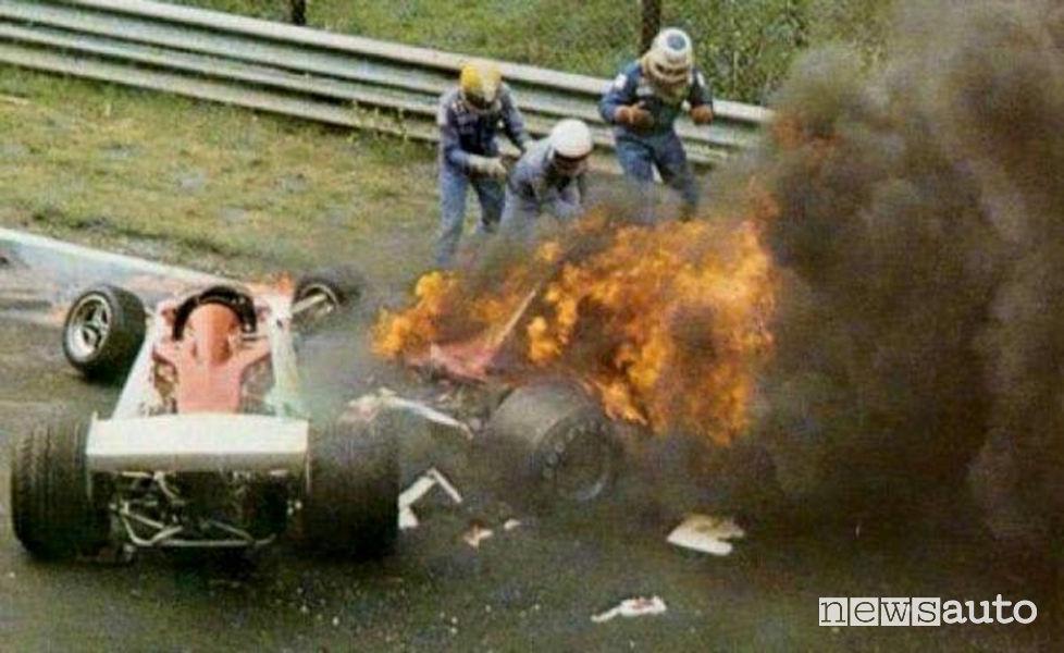 Niki Lauda intrappolato nella Ferrari 312 T2 in fiamme dopo il terribile incidente del Nürburgring