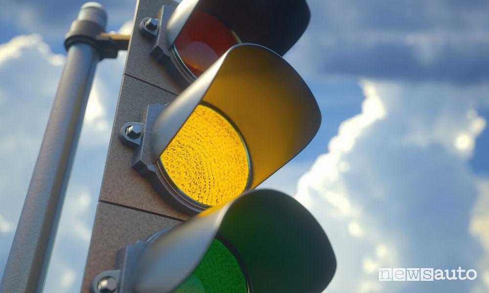 semaforto giallo Nuovo Codice della Strada 2019