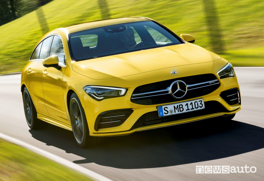 Mercedes-AMG CLA 35 4Matic Shooting Brake vista di profilo in movimento