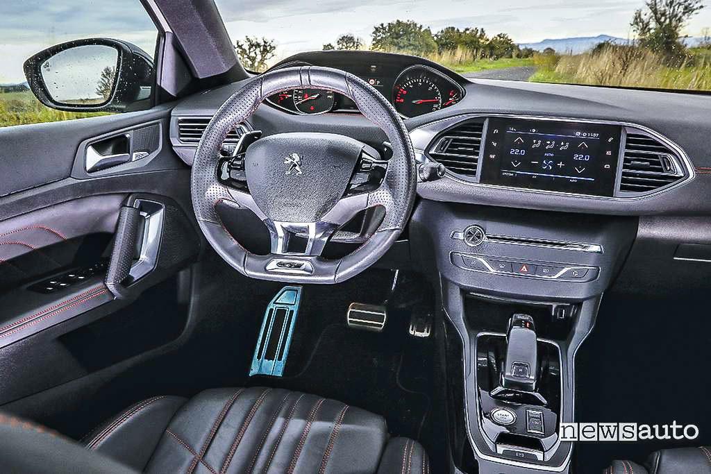 Abitacolo, interni volante e cambio della Peugeot 308 GT BlueHDi