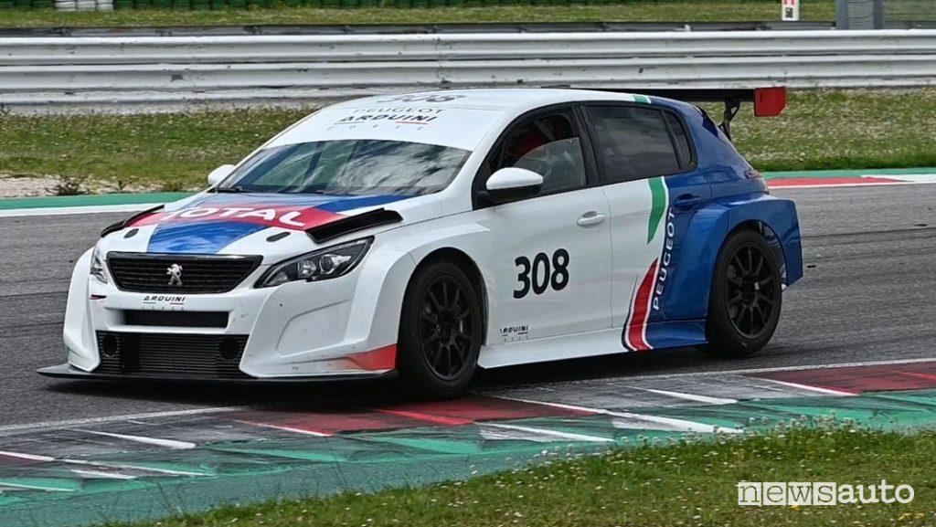 Peugeot 308 TCR vista di profilo in pista