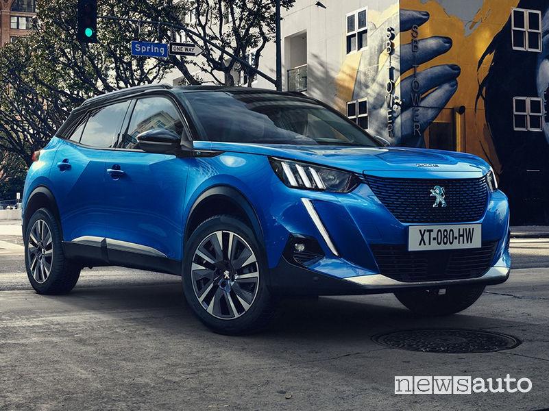 Nuova Peugeot e-2008 elettrica vista di profilo