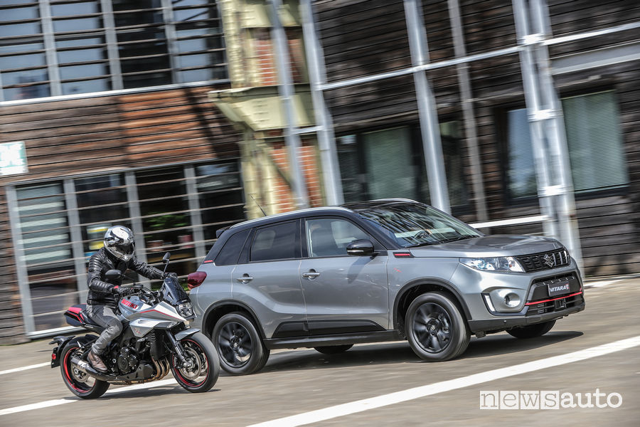 Suzuki Vitara Katana insieme alla moto Katana in movimento