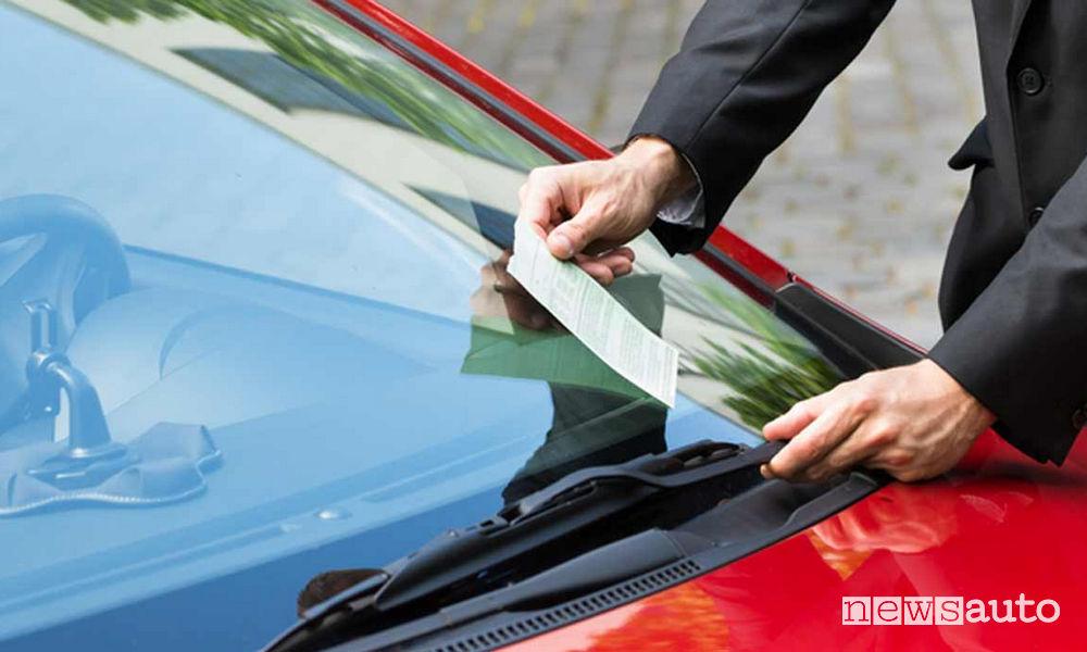 Multa sul parabrezza dell'auto: è il punto dove il vigile (o ausiliario) la deposita