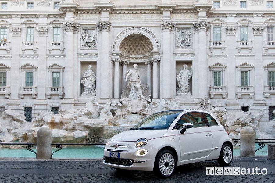 Fiat 500 Dolcevita vista di profilo davanti alla Fontana di Trevi a Roma