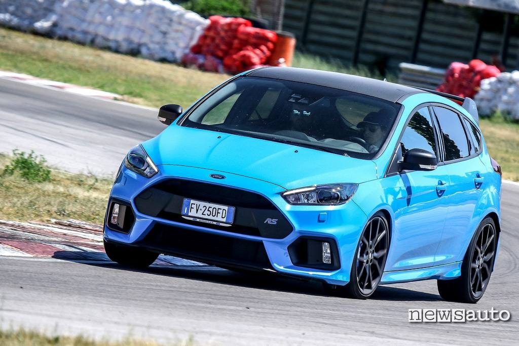 Vista laterale in curva Ford Focus RS Ford Performance Driving University