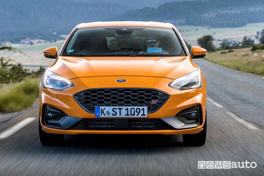 Ford Focus ST 2019 Orange vista frontale in movimento