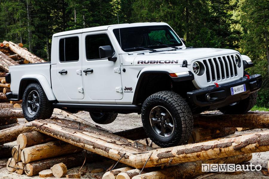 Jeep Gladiator Rubicon in off road sui tronchi