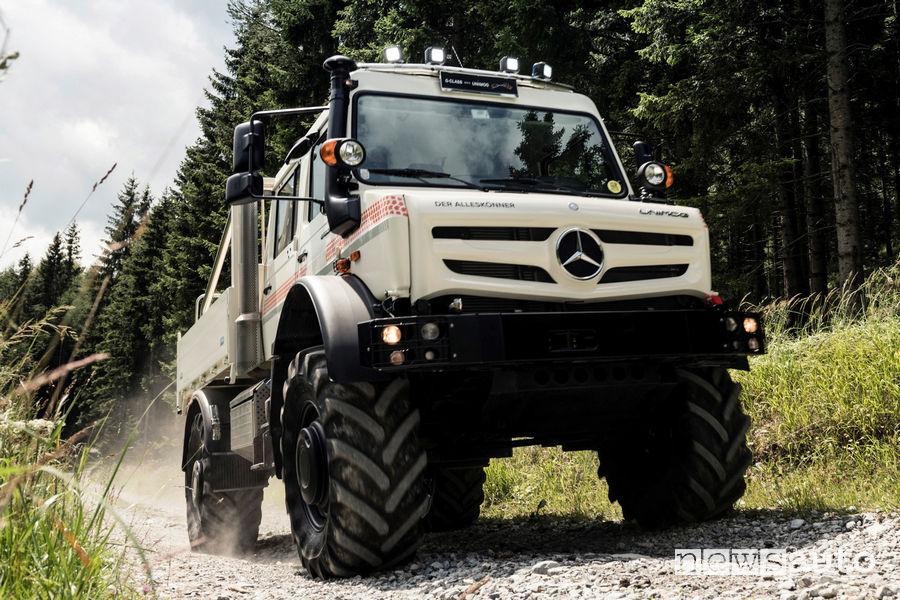 Mercedes Unimog U 5023 vista di profilo in movimento