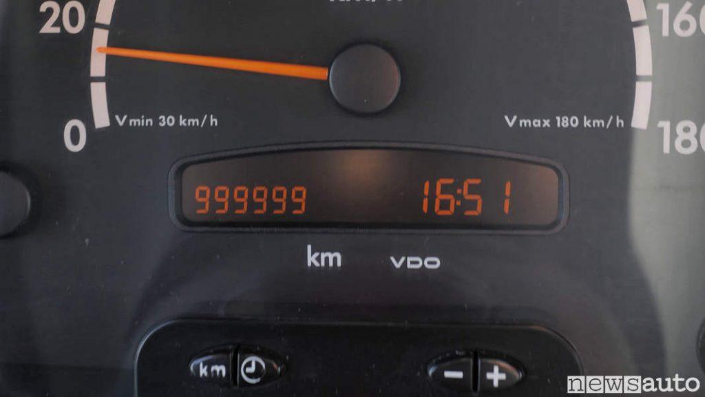 Contachilometri del furgone Mercedes Sprinter arrivato a 999.000 km, sta per tagliare il traguardo di 1 milione di KM!