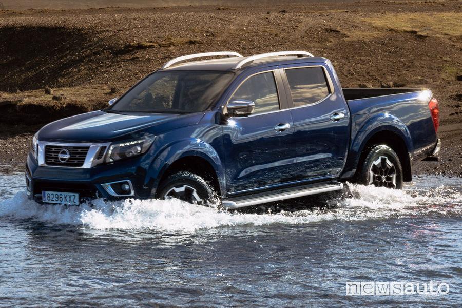 Nissan Navara 2020 Double Cab guado vista di profilo