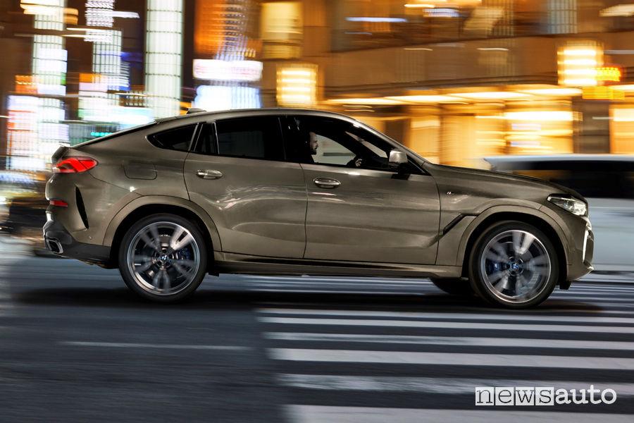 Nuova BMW X6 vista laterale in movimento