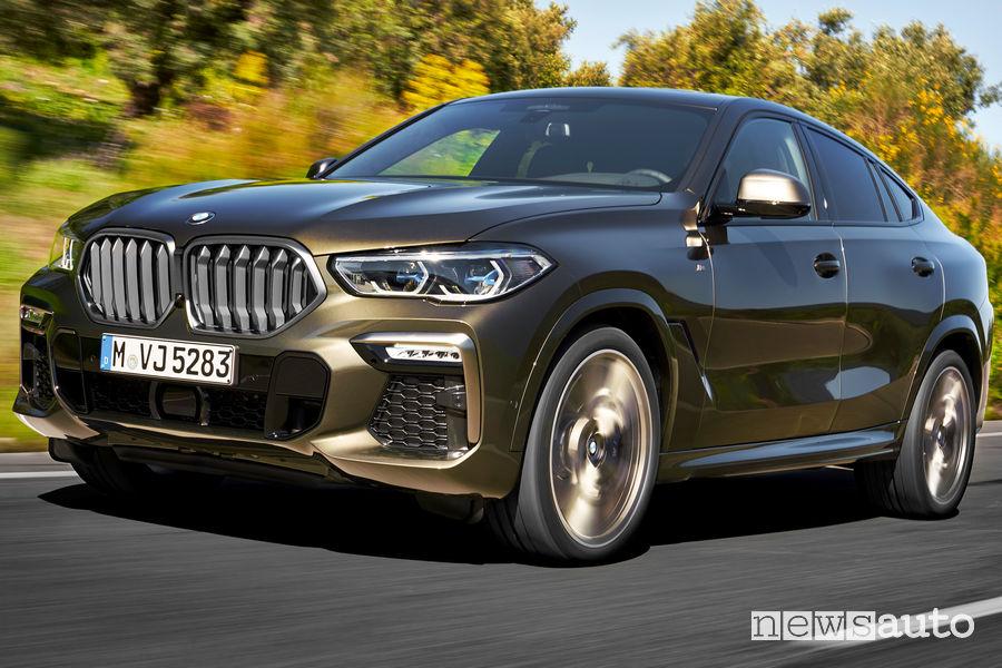 Nuova BMW X6 vista di profilo in movimento