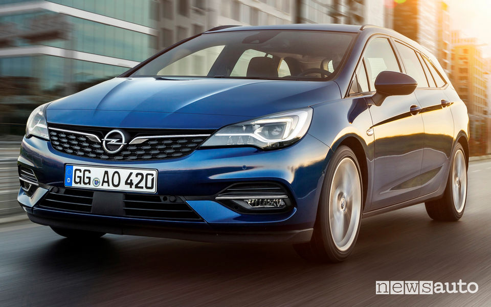 Opel Astra Sports Tourer 2020 vista di profilo in movimento