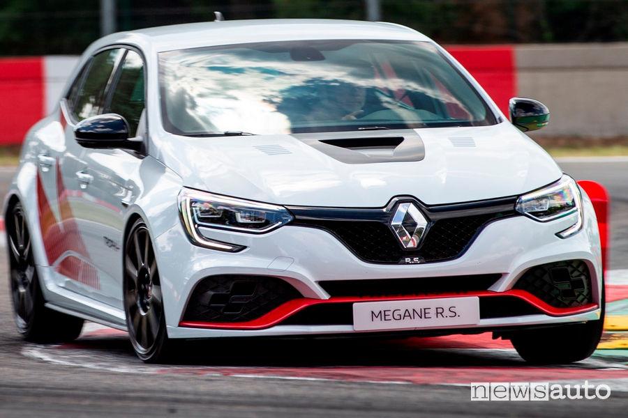 Renault Megane RS Trophy-R cerchi in carbonio vista di profilo in pista