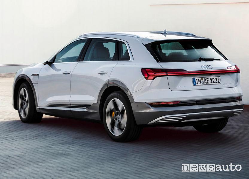 Audi e-tron 50 quattro vista posteriore in movimento