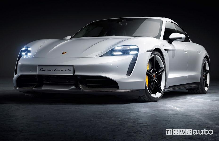 Porsche Taycan Turbo S fari accesi anteriori