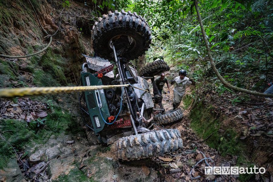 Recupero prototipo off road ribaltato Rainforest Challenge Malesia edizione 2018