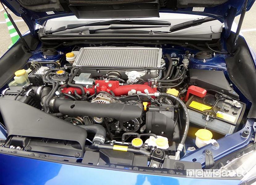 Vano motore boxer EJ20 sulla Impreza WRX STI con intercooler