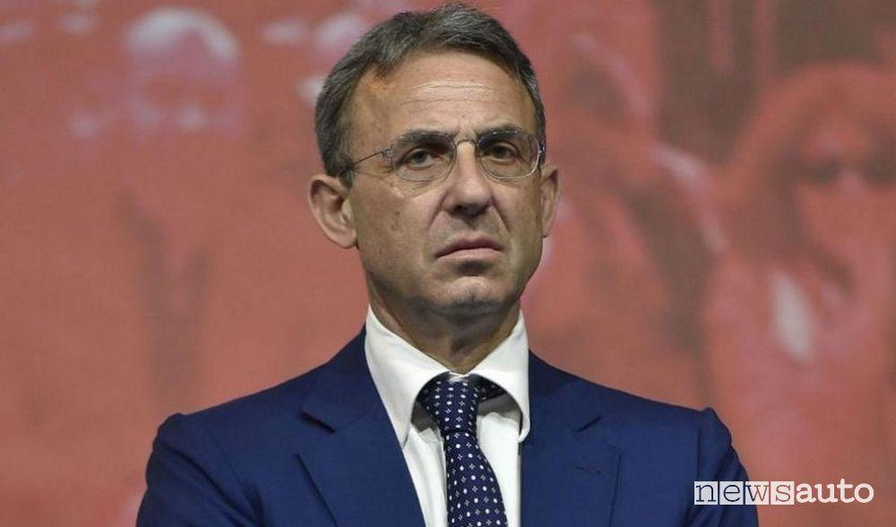 Ministro dell'Ambiente Sergio Costa proposta anti crisi, 15.000 euro incentivo per acquisto nuova auto