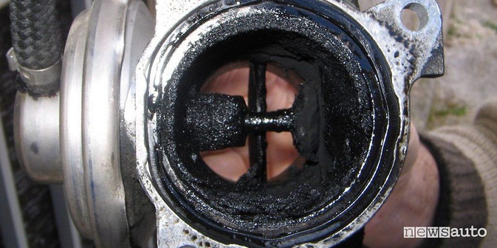 Una valvola EGR sporca e intasata che crea malfunzionamenti al motore