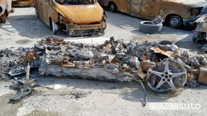 Ferrari 458 Spider distrutta da un incendio, ceneri e carbone