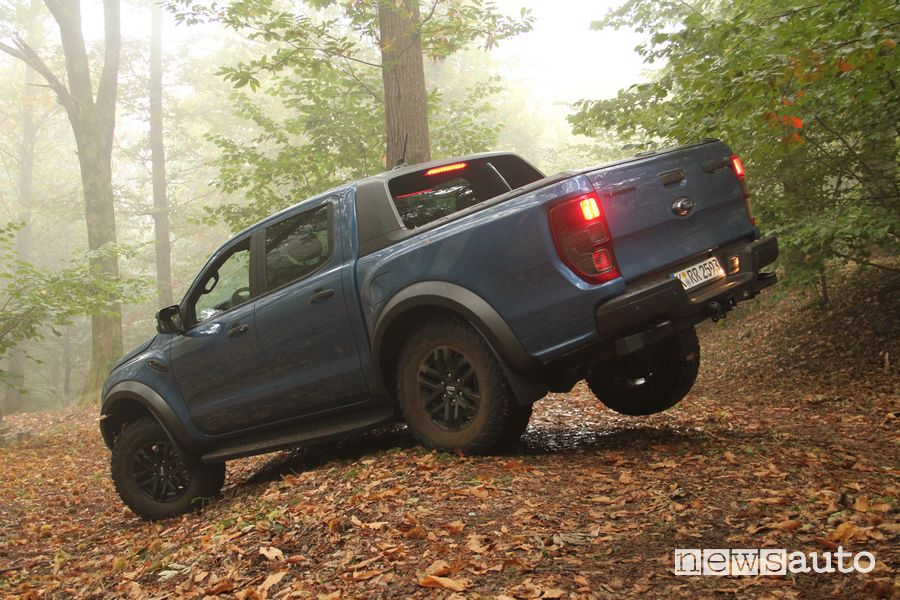 Ford Raptor prova in off road ruota posteriore dx alzata