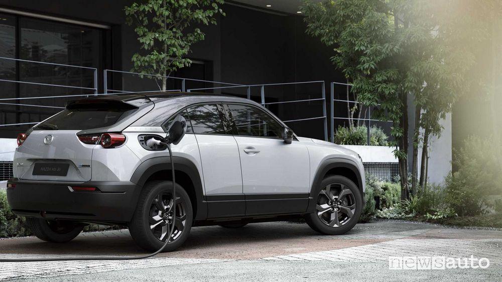 Ricarica da colonnina Mazda MX-30 elettrica