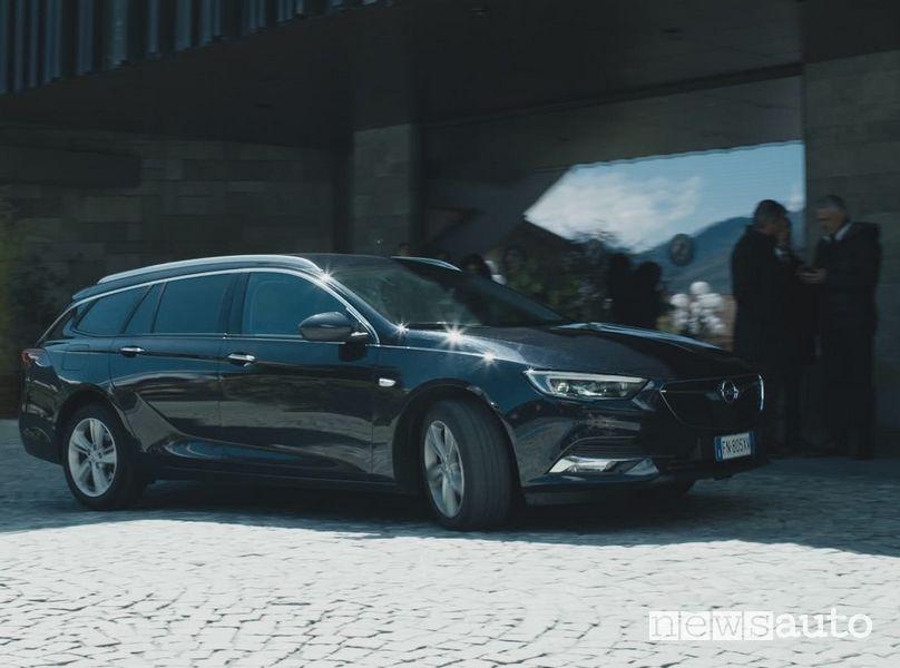 Opel Insigna Sports Tourer blu notte nella serie TV Rocco Schiavone