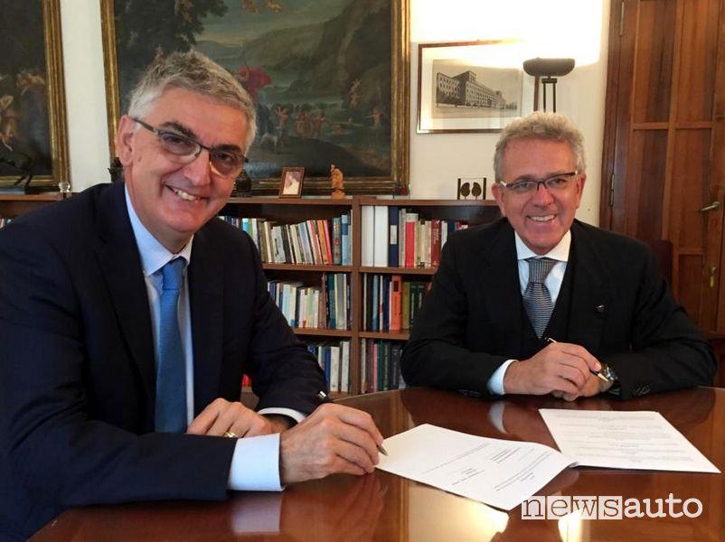 Il Professor Silvio Brusaferro e Alberto Scuro firmano l'accordo fra ASI e l'Istituto Superiore di Sanità