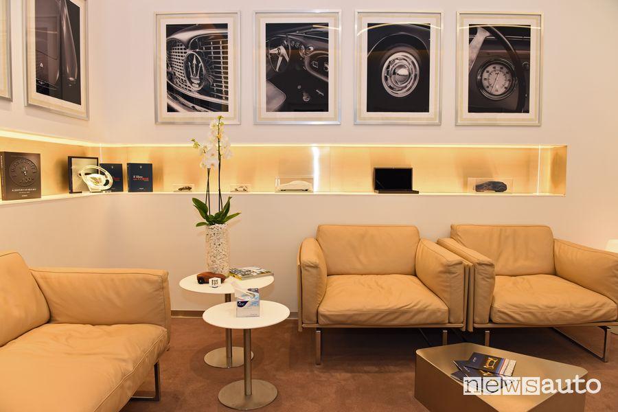 Lussuosa area lounge nello showroom Maserati a Dubai