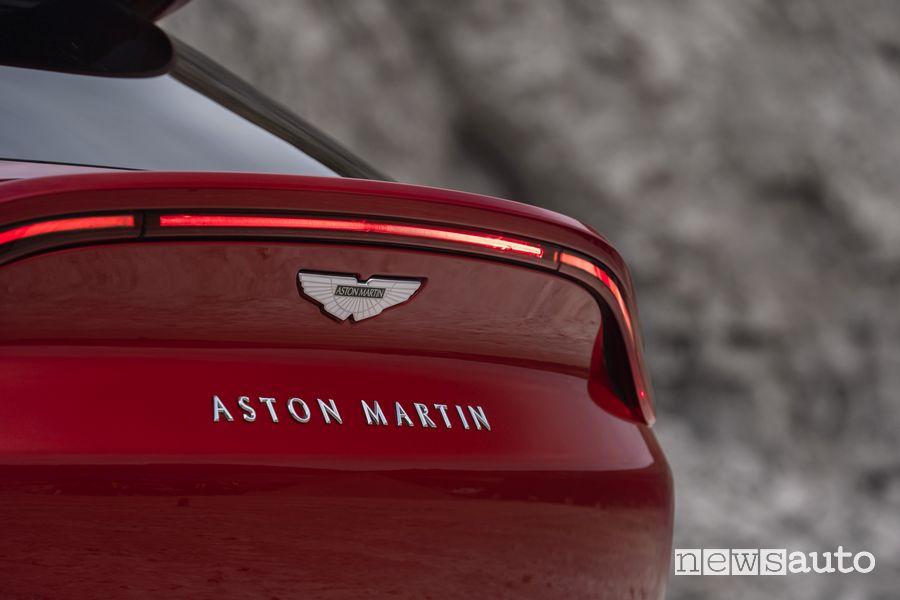 Fari e badge Aston Martin sul portellone posteriore sull'Aston Martin DBX