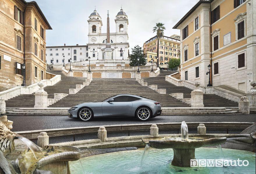 Ferrari Roma a piazza di Spagna tra fontanone e scalinata