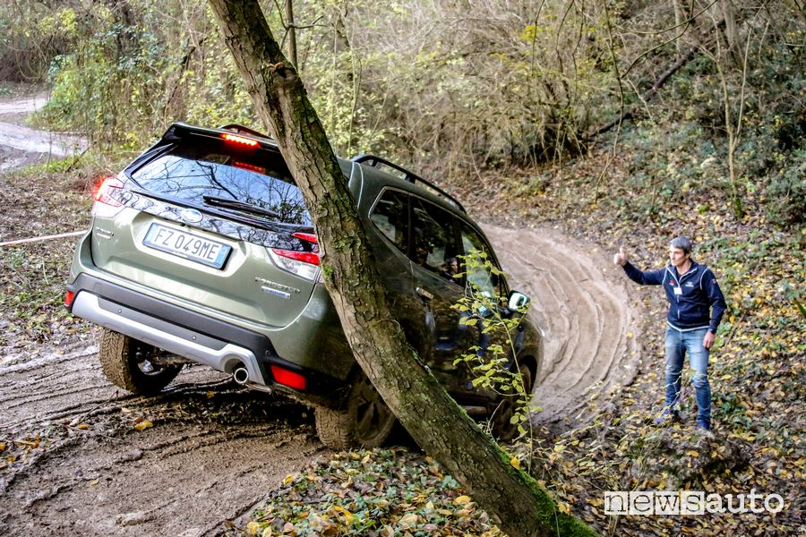 Discesa su fango Subaru Forester e-Boxer in off road