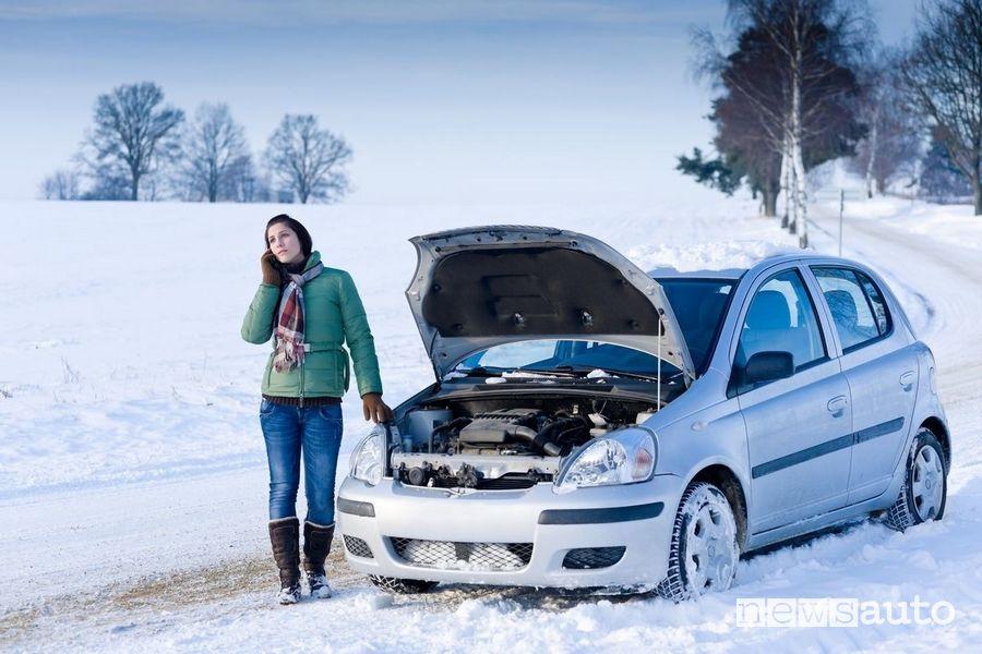 Se l'auto che non parte con la batteria scarica KO non resta che chiamare i soccorsi