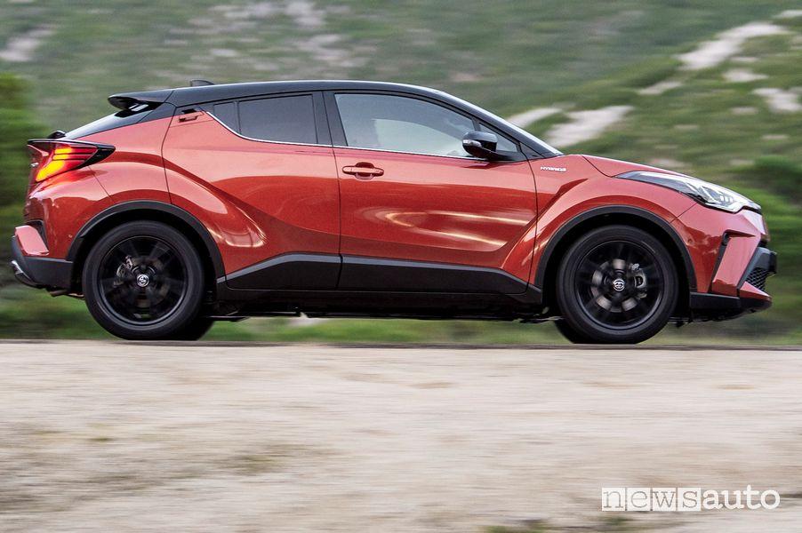 Vista laterale in movimento Toyota C-HR 2020 Premiere