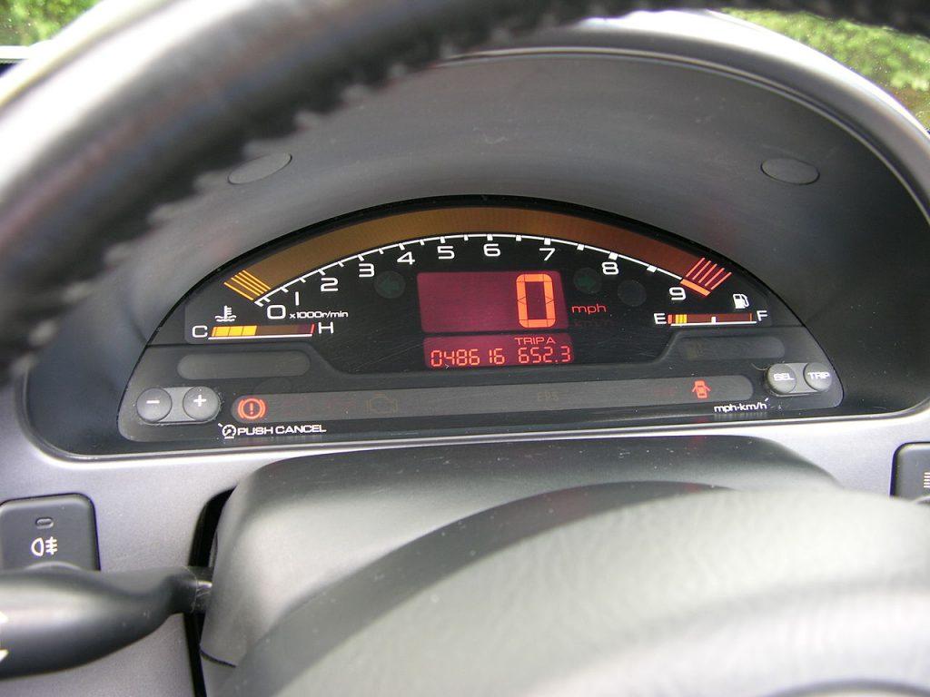 Il mitico cruscotto digitale della Honda S2000  ripreso dalla McLaren-Honda MP4/6 di Formula 1 che guidata da Ayrton Senna vinse il campionato del 1991.