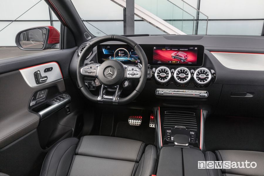 Interni, plancia strumenti Mercedes-AMG GLA 35 4MATIC