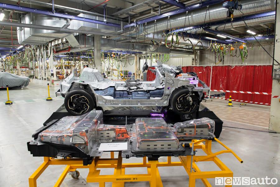 Il pacco batterie da 50 kWh della Peugeot e-2008 smontato