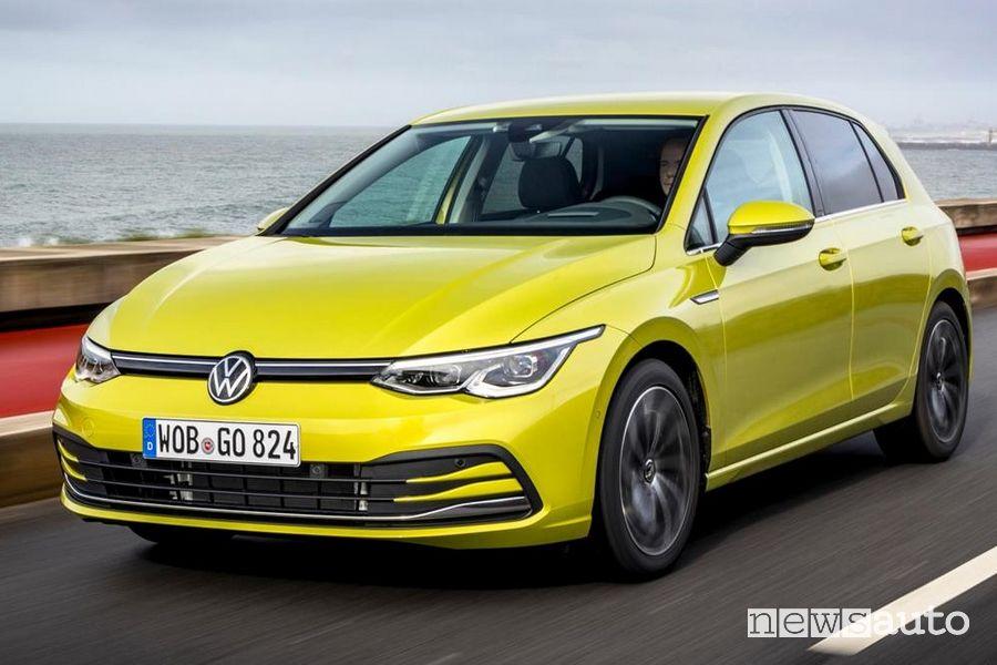 Vista di profilo Volkswagen Golf 8 gialla