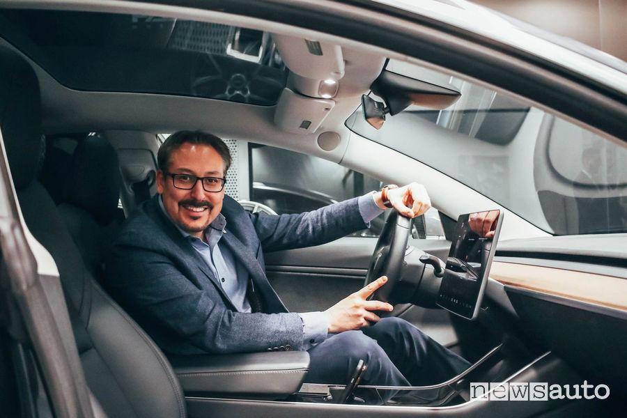 Steve Lussier, Sindaco di Sherbrooke, al volante della Tesla Model 3 appena ritirata dal concessionario Infiniti