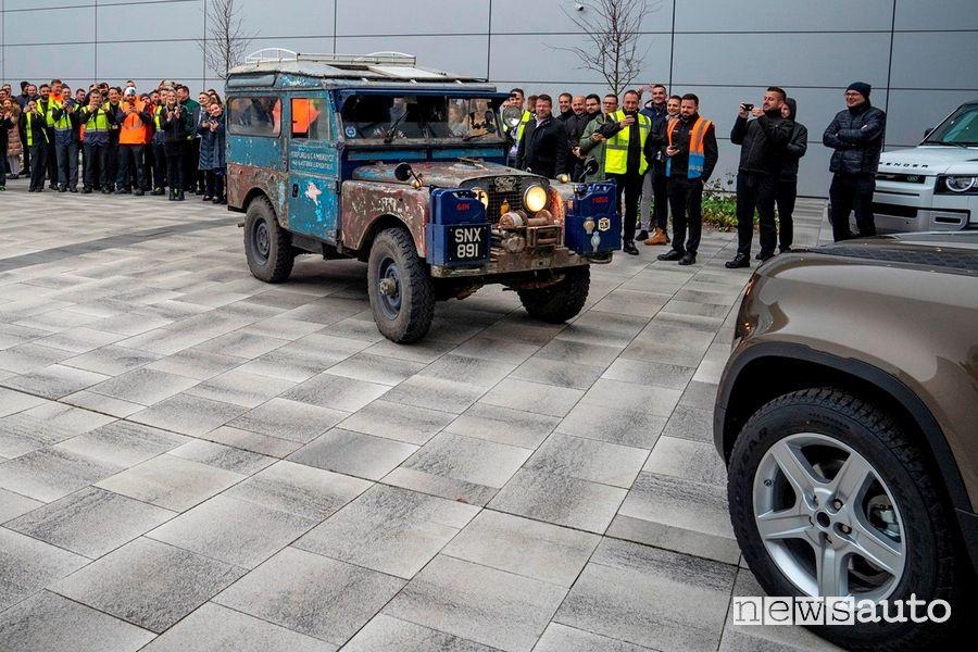 Incontro tra generazioni di Land Rover Defender