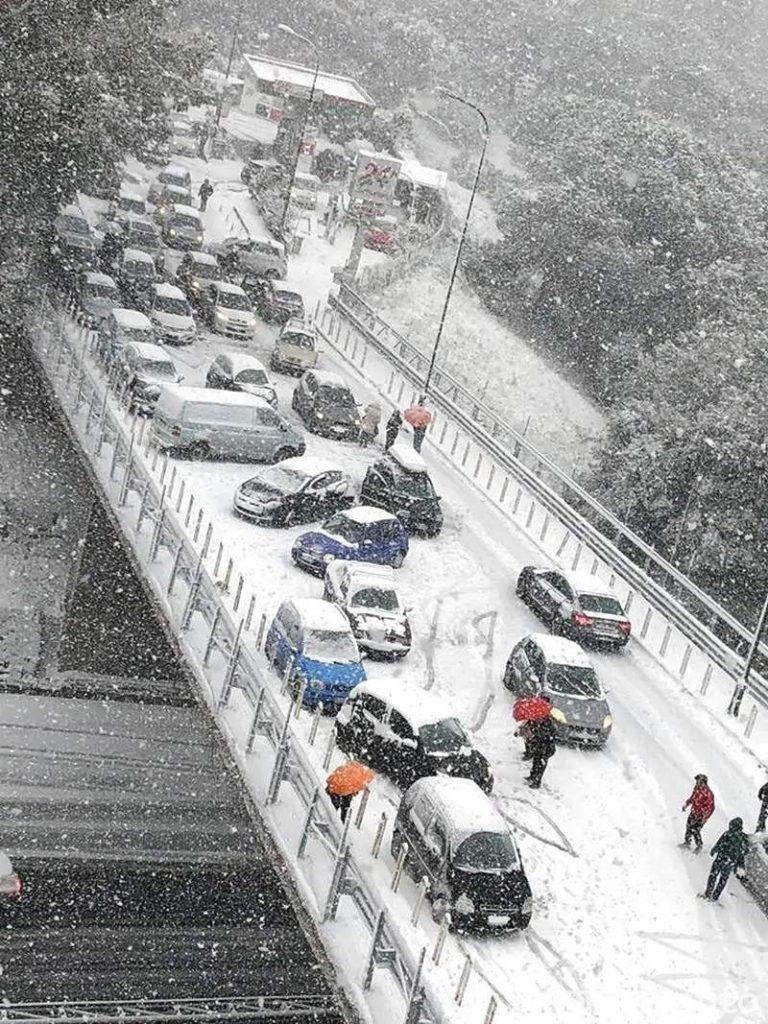 Nevicata eccezionale a Napoli (via Iannelli) con le strade bloccate da auto senza catene o pneumatici invernali. Era il 2018