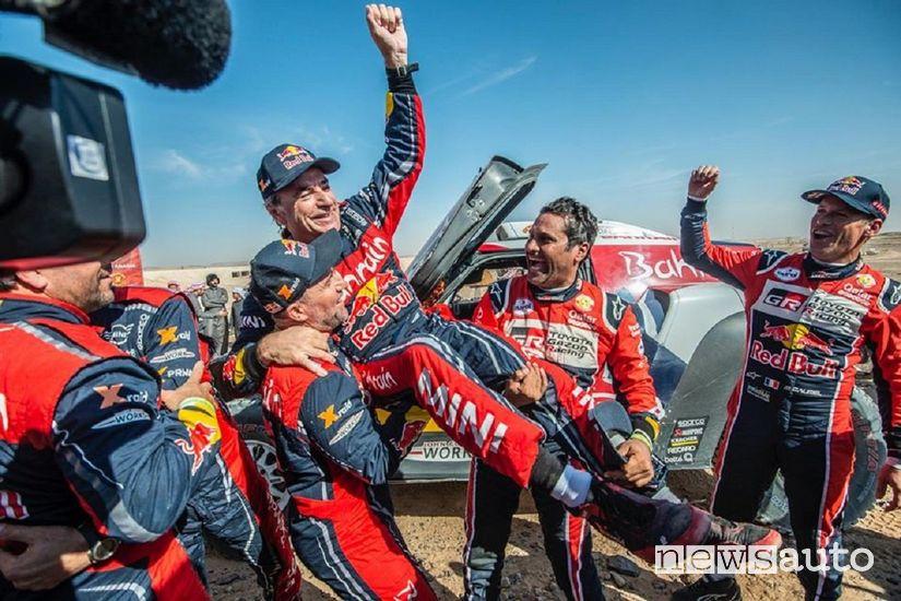 Sainz festeggia la vittoria della Dakar 2020