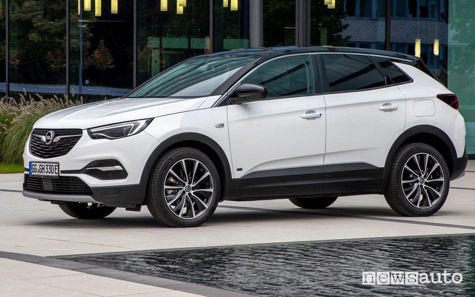 Vista di profilo Opel Grandland X Hybrid