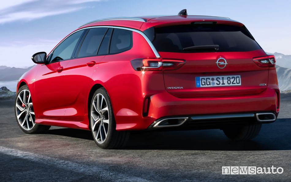 Vista posteriore Opel Insignia GSi Sports Tourer 2020