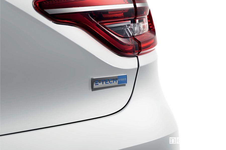 Badge E-Tech Hybrid sul portellone posteriore della Renault Clio E-TECH