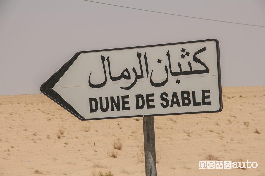 Insegna in arabo che indica la direzione per raggiungere le dune di sabbia